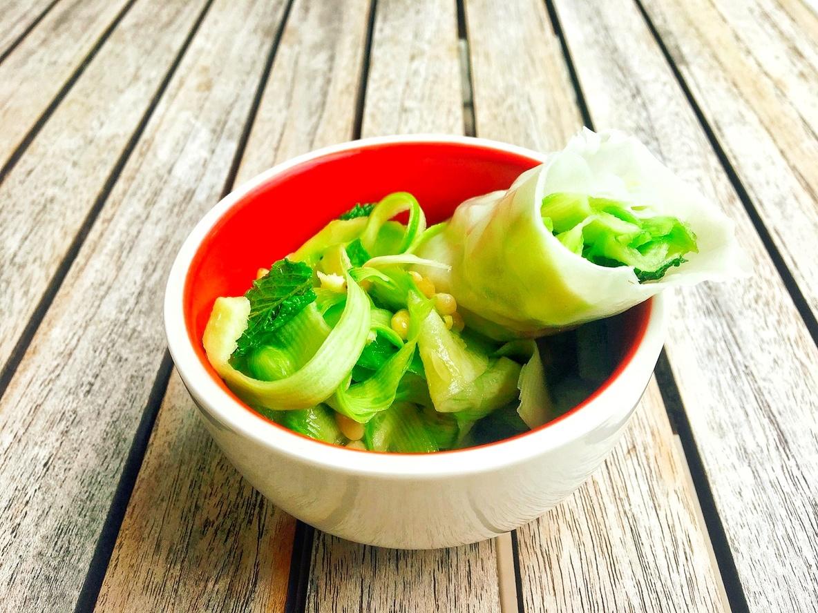 Courgettes huile ara  nuoc mama  gingembre  menthe  pignons  courgettes vermicelles de riz dans le rouleau