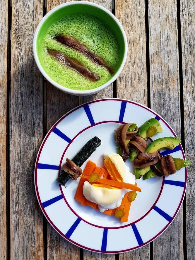 Soupe de courgettes et anchois  oeuf mollet sur carottes  avocat  cornichons et feuille nori