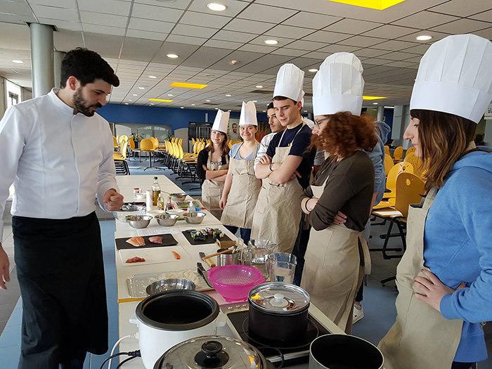 étudiants cours de cuisine